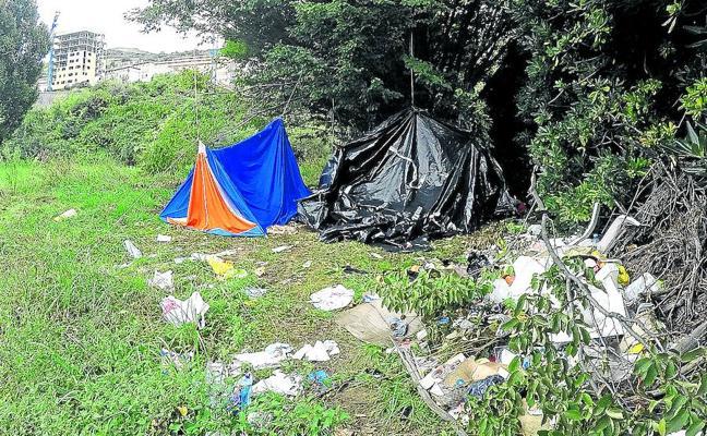Los albaneses desalojan el campamento de Zierbena por la presión policial