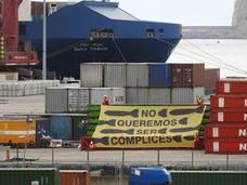 Activistas de Greenpeace se encadenan a un contenedor del Puerto contra el comercio de armas