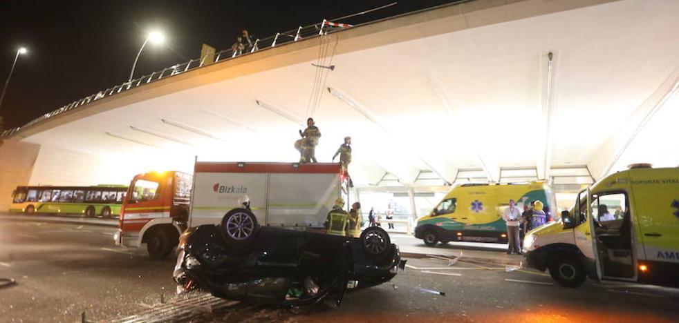 Herida tras precipitarse con su coche desde la zona de salidas a la de llegadas en el aeropuerto de Loiu
