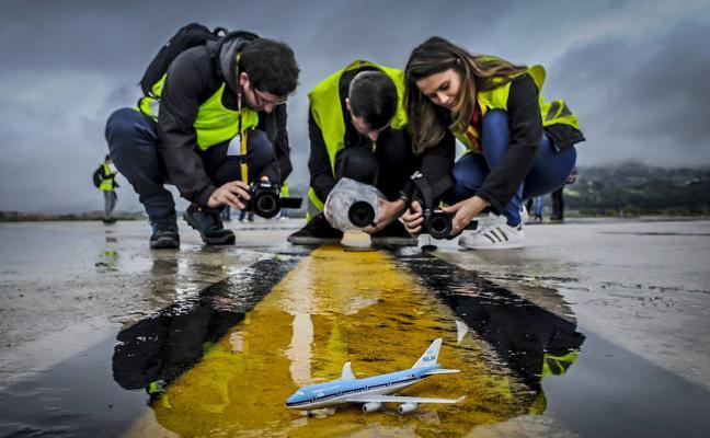 aficionados a fotografiar aviones, a pie de pista