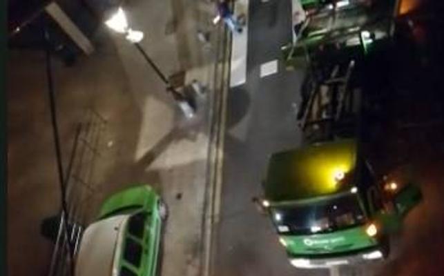 Un camión de la basura choca contra unos bolardos en Ollerías