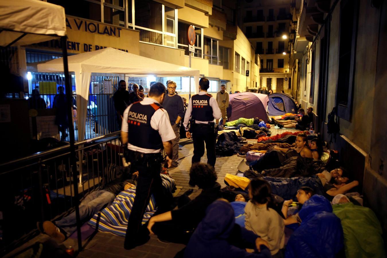 Cientos de personas pasan la noche en los colegios electorales de Cataluña