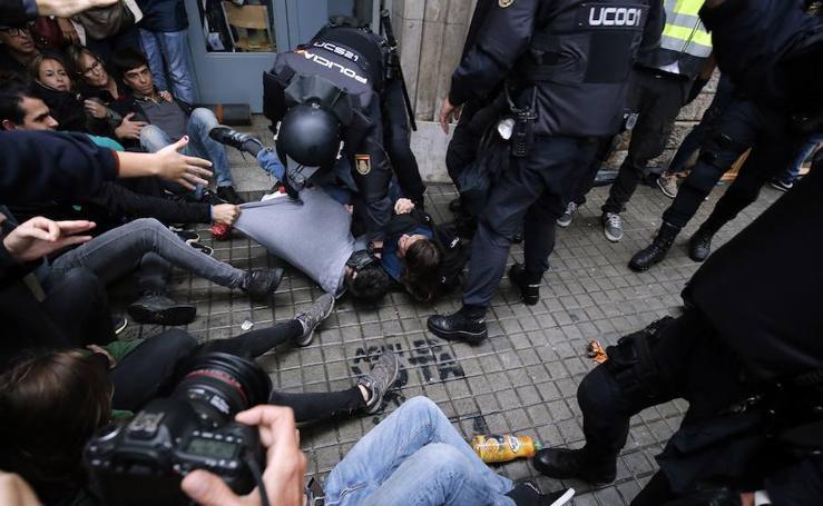 Policía Nacional y Guardia Civil cargan en varios colegios de Cataluña