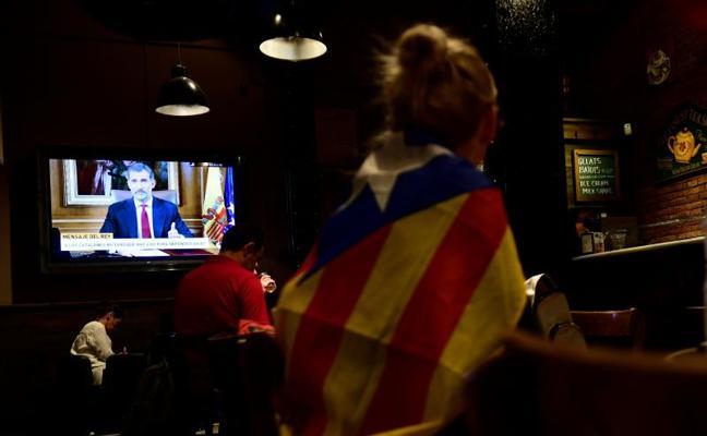 Una fuerte cacerolada para silenciar el discurso del Rey en Barcelona