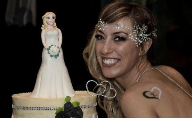Laura Mesi con su tarta nupcial.