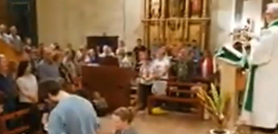Recuento de papeletas en el altar de una iglesia en Tarragona