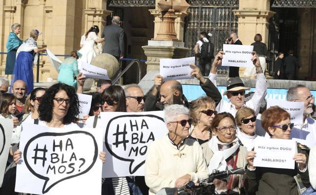 Decenas de personas piden en Donostia «diálogo» para solucionar la situación en Cataluña