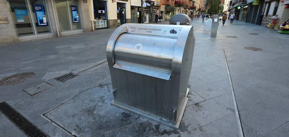 Vecinos y comerciantes denuncian «malos olores» generados por los contáiners soterrados de Romo