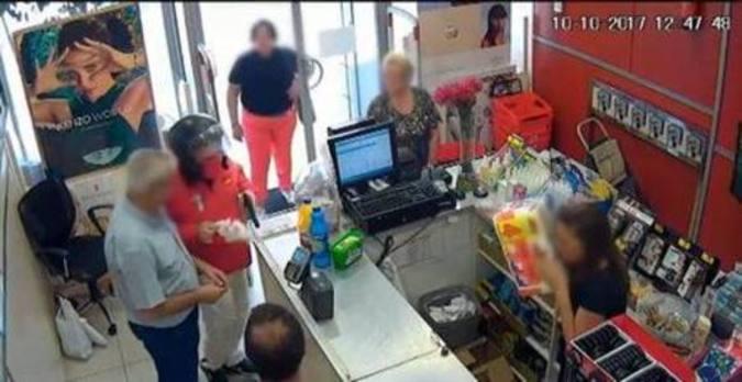 Esperpéntico atraco en Sevilla, con el ladrón reducido a bolsazos y bajo una lluvia de productos de limpieza