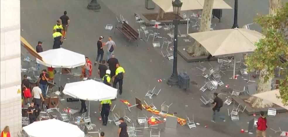 Los «ultras» arrasan la terraza de un bar en Barcelona tras la manifestación del 12-O
