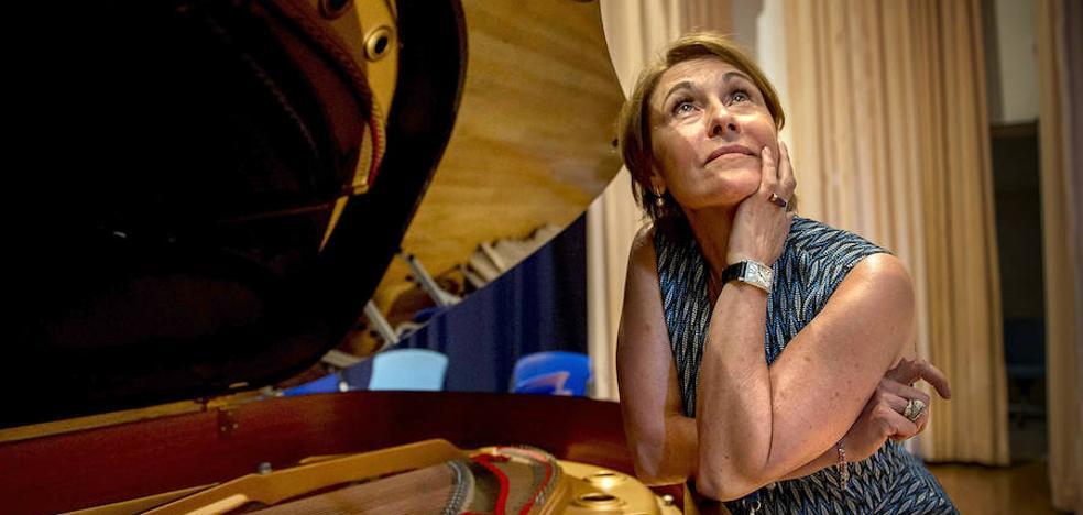 La jueza no ve abusivos los contratos de la ABAO y desestima la demanda de María Bayo