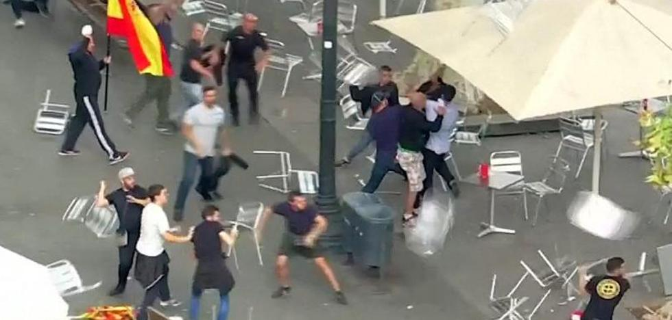 Ultras destrozan una terraza en Barcelona tras la manifestación del 12-O