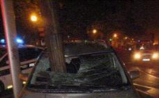 Así quedó el coche que colisionó contra una farola en la Avenida