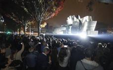 El Ayuntamiento adopta medidas ante la avalancha de público por el espectáculo del Guggenheim