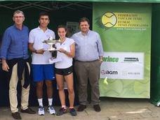 Diego Chávez e Irati Urbaneja, del Club de Fadura, se llevan el Campeonato de Euskadi de tenis