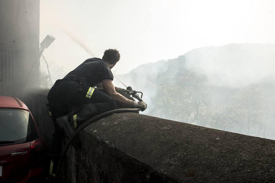Un incendio en una zona de maleza interrumpe el tráfico de trenes entre Bolueta y Atxuri