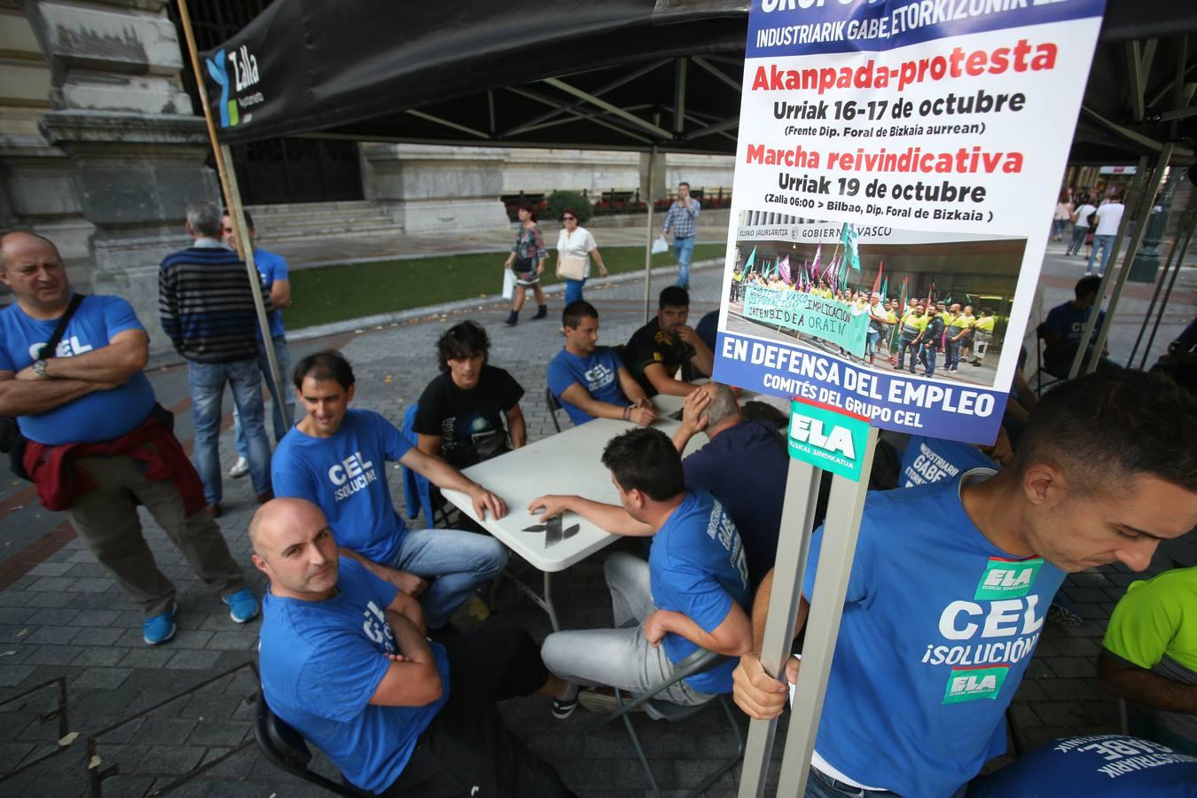 Acampada de los trabajadores de CEL frente al palacio foral
