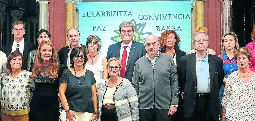 El PP abandona el foro por la paz de Bilbao después de que Bildu no condenara a ETA