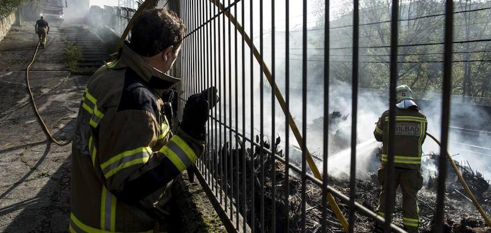 Un incendio en Bolueta enfada a los empleados de un polígono cercano: «Acabaremos todos quemados»