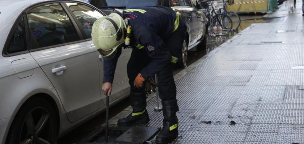 La rotura de una tubería inunda la calle Beato Tomás de Zumárraga