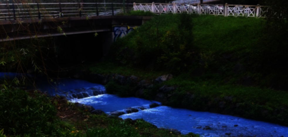 Un vertido tiñe de azul el río Gobela