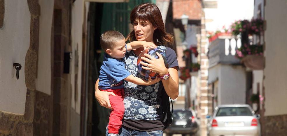 Las mujeres españolas se ocupan más del cuidado de los hijos que la media europea