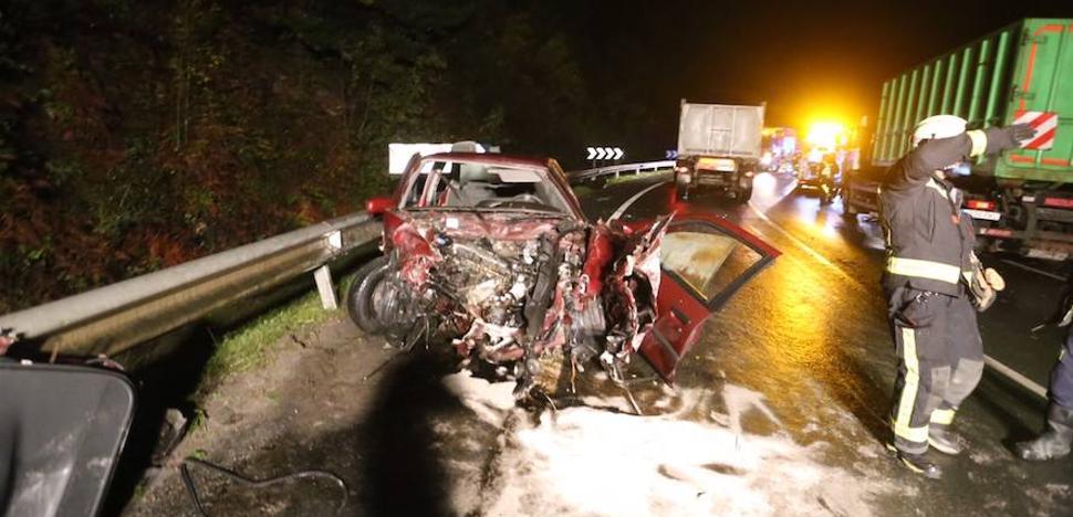 Herido tras chocar frontalmente con su vehículo contra un camión de la basura en Arrankudiaga