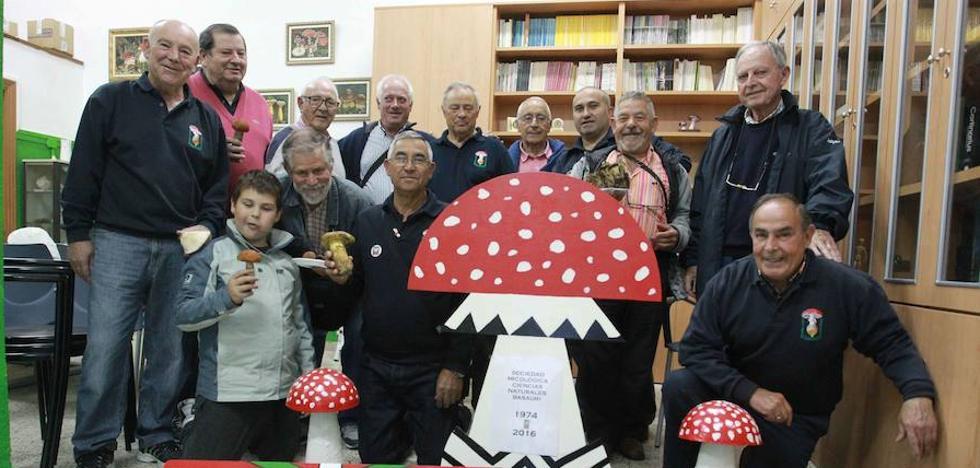 La exposición micológica de Basauri acerca mañana 200 variedades de setas y hongos