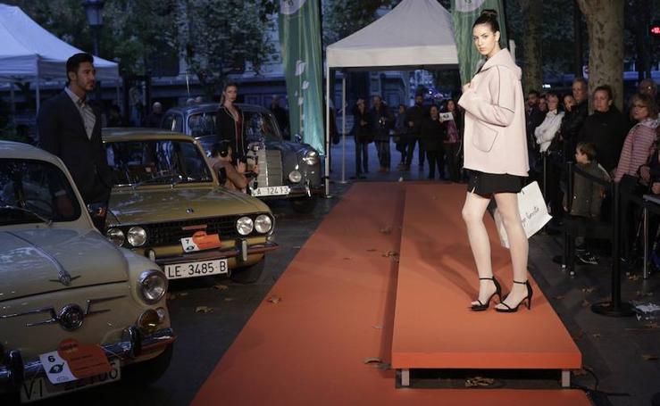 Motor y moda se unen en un original desfile en la plaza de los Celedones de Oro