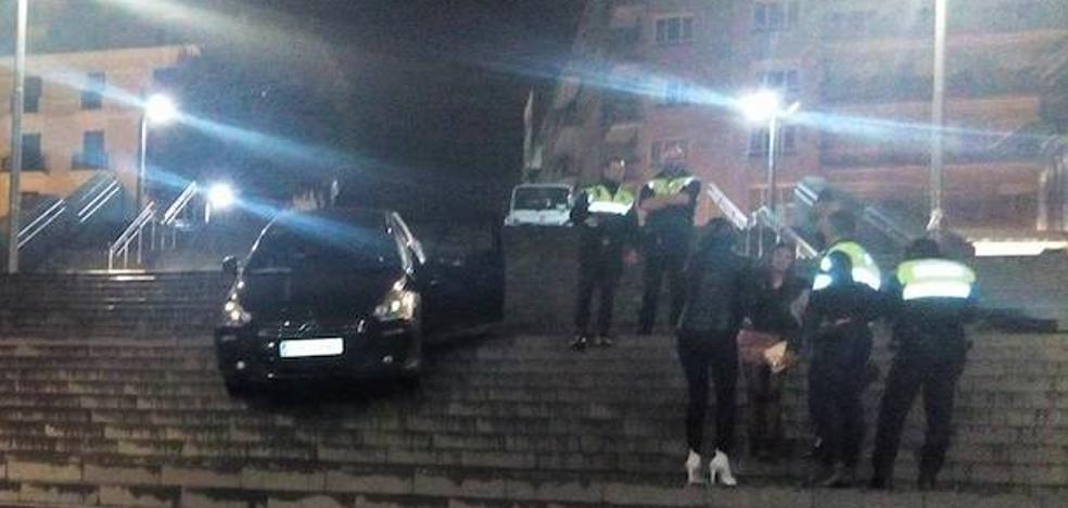 Una joven se precipita con su coche por las escaleras de Isozaki