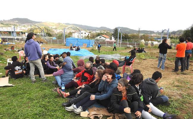 150 personas ocupan de nuevo las campas contra el aparcamiento de Ibarbengoa
