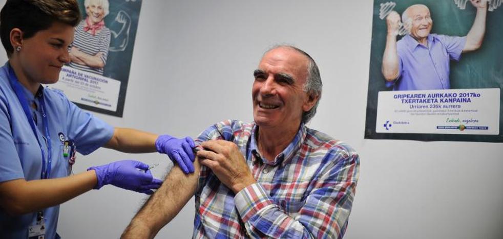 «Me vacuno desde hace 8 años y me va muy bien», dice Iribar para animar a los mayores de 65 años a protegerse contra la gripe