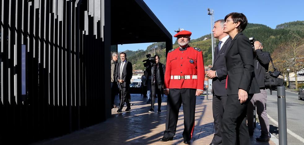 Urkullu recalca que el derribo del muro de la comisaría de la Ertzaintza de Ondarroa simboliza el «inicio de una nueva etapa»