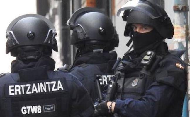 Agentes de asalto de la Ertzaintza arrestan a un hombre atrincherado en una lonja de Bilbao