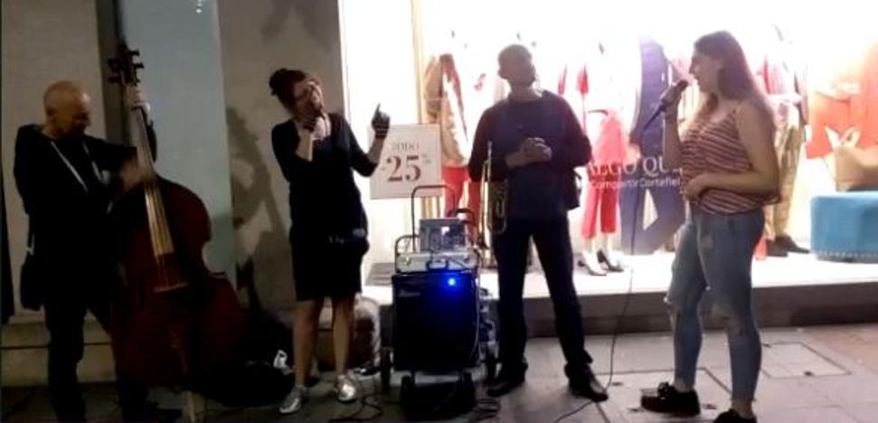Una 'espontánea' de 16 años se une a una orquesta callejera en la Gran Vía de Bilbao y emociona con su 'Ave María'