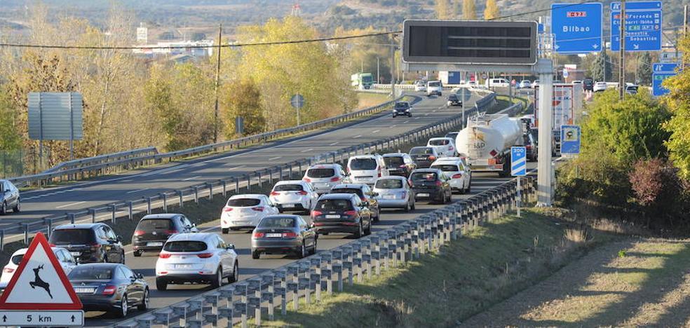 Un camión pierde la carga que transportaba y causa un accidente con cuatro heridos en Vitoria