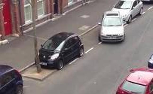 Tarda 20 minutos en aparcar y recibe una ovación al conseguirlo