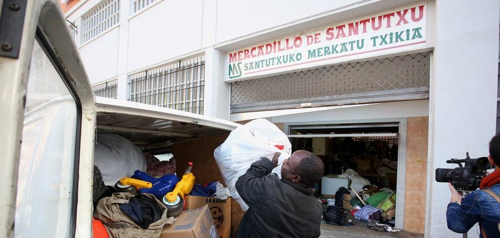 La suciedad y las quejas de los vecinos obligan a sanear el mercadillo de Santutxu