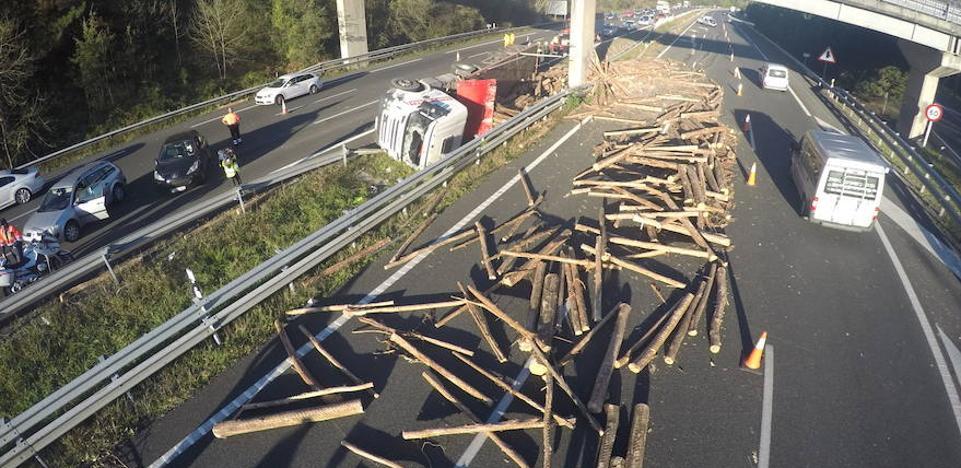 Abierta la AP-68 en sentido Bilbao tras el vuelco de un camión a la altura de Amurrio