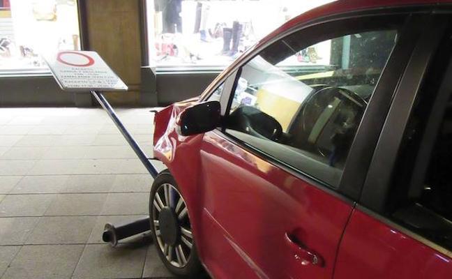 Un joven pierde el control del coche en la calle Florida y choca contra otros dos vehículos, cuatro bolardos, una señal y una farola