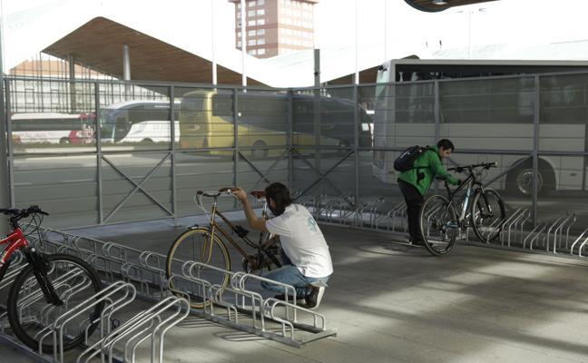 El Ayuntamiento instalará cinco aparcamientos seguros de bicis con cincuenta plazas cada uno
