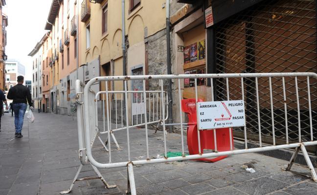 El Ayuntamiento ordena el desalojo de dos portales de Santo Domingo por «peligro de derrumbe»