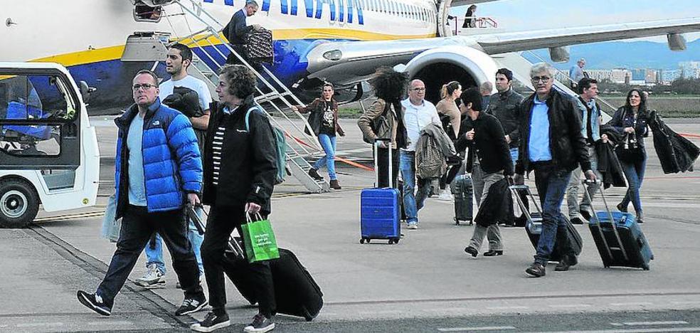 Ryanair estrena los vuelos a Colonia y Sevilla desde Foronda con el reto de mantener el 90% de ocupación