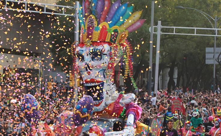 México honra a los muertos con un espectacular desfile