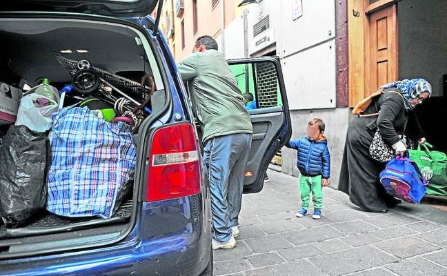 Vitoria precinta los portales en «riesgo de derrumbe» y realoja a los vecinos