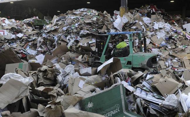 Milagro en Amorebieta: el menor hallado en la planta de reciclaje fue compactado entre cartones