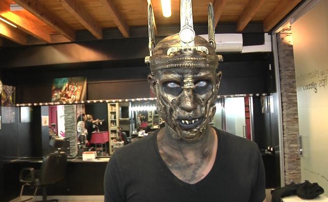 Así se maquilla el 'rey de los zombies' en la noche de Halloween