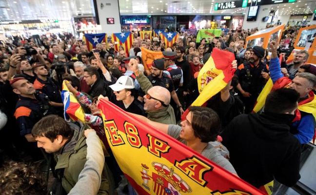 Guerra de banderas en Sants en la despedida de miembros del Parlament acusados de rebelión