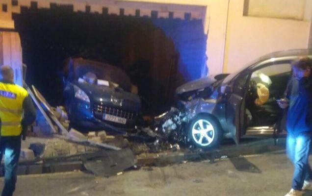 Choca su coche contra otro aparcado y lo empotra en el interior de una lonja en Erandio