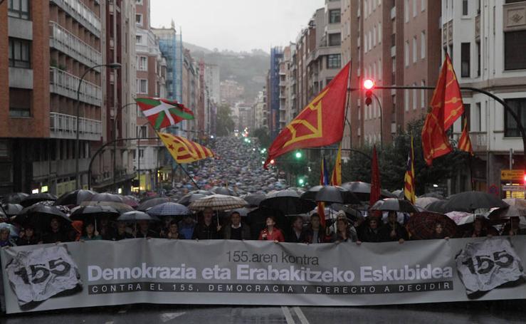 Miles de personas marchan en Bilbao contra el 155